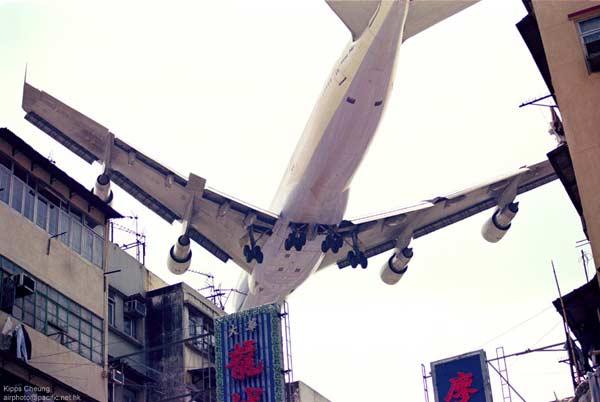 由于611班机的坠毁非常突然,事故发生前飞行员与地面塔台间的联络一切正常,没有前兆,因此飞机刚坠毁时关于失事的原因众说纷纭。   据精密雷达的纪录,显示这架747在坠毁时曾先分裂成四大块结构后才坠入海中,因此遭军方导弹误击、恐怖炸弹攻击的说法曾被列在肇因名单的前几位,除此之外像是被陨石击中也曾被认为是可能原因之一,但这些可能都一一被否定。   在调查期间,调查人员在澎湖海域捞起了大部分的飞机残骸,发现其中一块机尾蒙皮有修补过的现象,并有浓烈燃料味。他们将该块蒙皮送往检查,发现该块蒙皮有严重金属疲劳的现