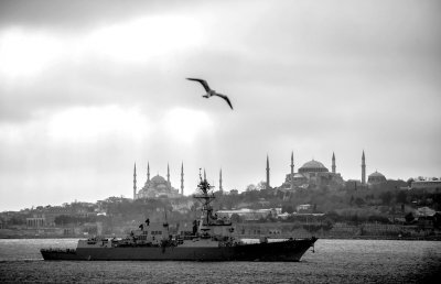 """7日,美国海军""""特拉克斯顿""""号导弹驱逐舰在博斯普鲁斯海峡上航行,准备进入黑海海域。新华社发"""