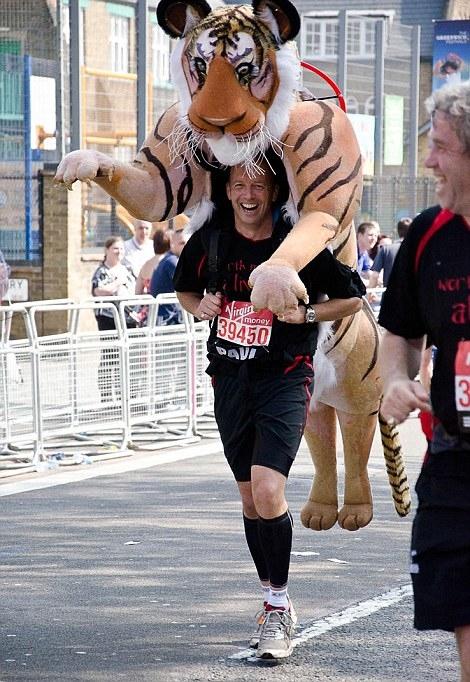 英国男子穿老虎装跑马拉松呼吁保护动物