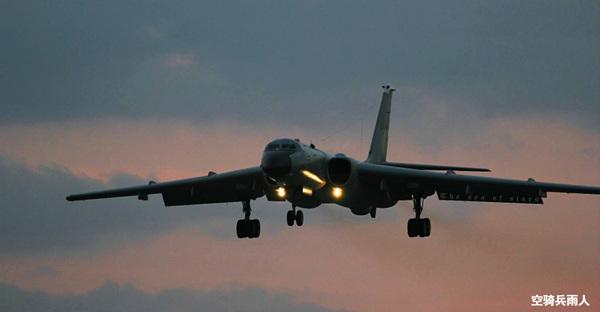 资料图:进行飞行训练后归来的的中国空军轰-6K轰炸机。