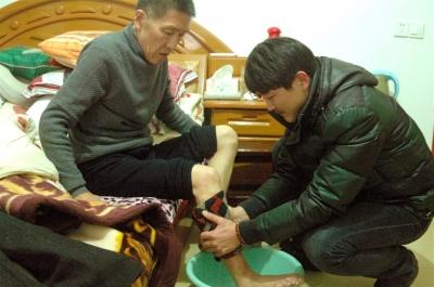 给爸爸洗脚图片_《孩子给父母洗脚照片》致父母的个性签名父