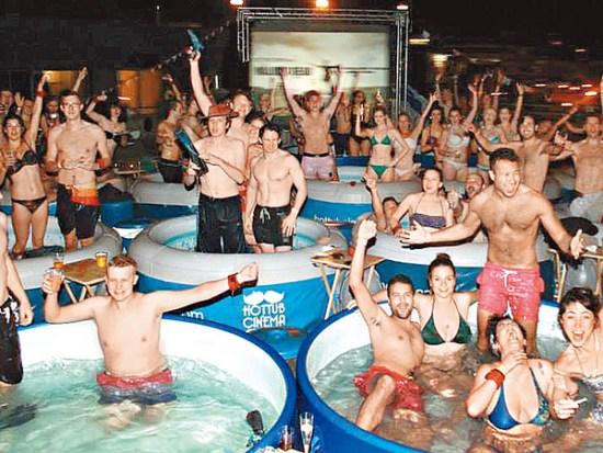 """荷兰青年开办的""""泡澡电影院""""。"""