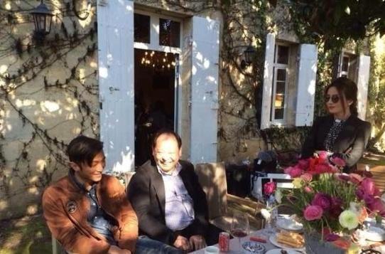 谢霆锋与赵薇边吃边聊。