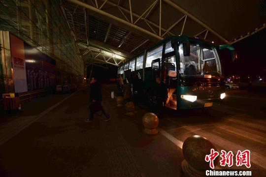 吉祥航空HO1253航班紧急备降济南机场,139位乘客安全抵达,部分乘客选择终止航程。图为乘客在值机柜台办理终止航程手续。 李欣 摄