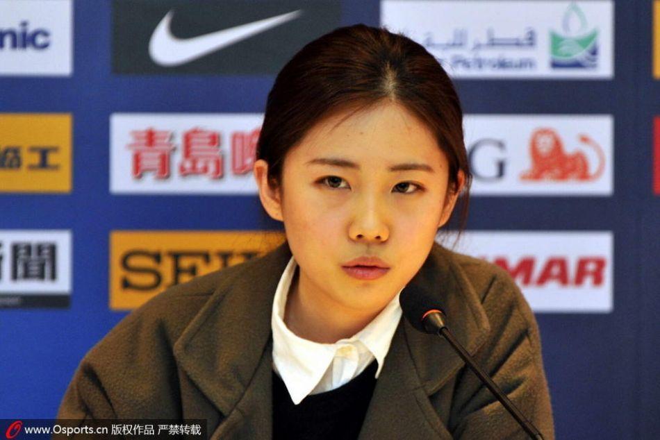 组图:亚冠国安对首尔发布会美女翻译抢眼 球员