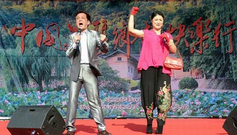 """左一)、于月仙主持 """"中国美丽乡村快乐行""""大篷车公益演出.-幽"""