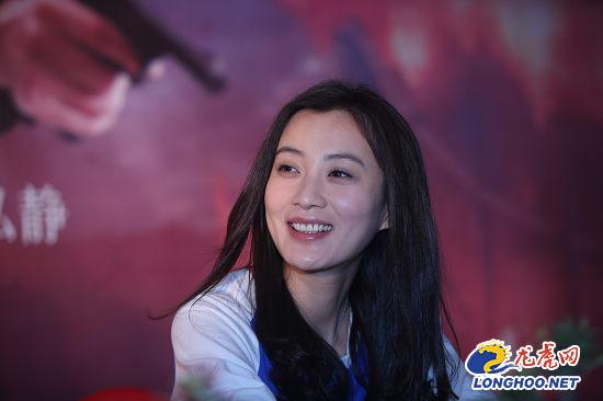 龙虎娱乐讯 今天,演员于震,徐翠翠,王翊丹携新剧《虎刺红》来到