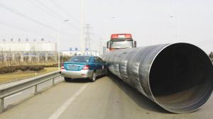 比亚迪被钢管挤在路边。