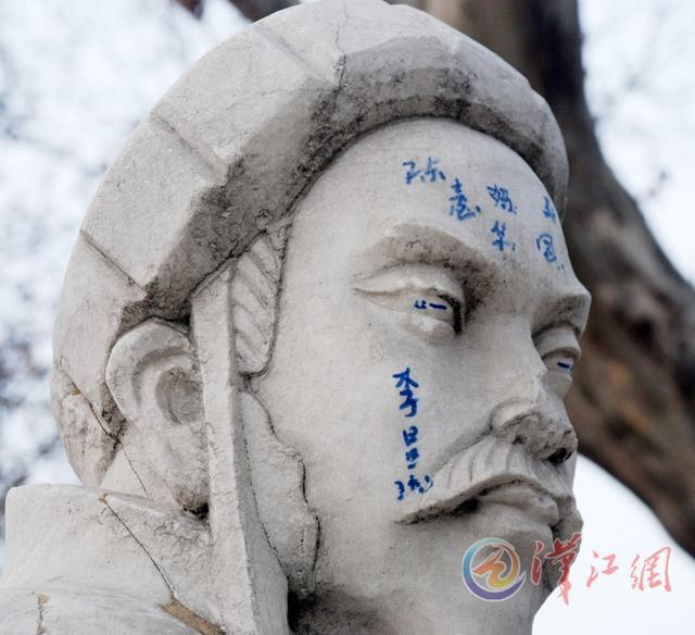 """襄阳公园护城河边的""""三顾茅庐""""雕塑严重污损。诸葛亮的额头上和脸上被写上了字,眼珠也被涂上了颜色,刘、关、张的衣裳上还有多处涂鸦。希望有关部门加强管理。"""