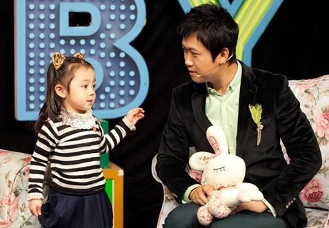 """图:在亲子节目《宝宝来啦》中,强子被三岁小萝莉""""逼婚""""。"""