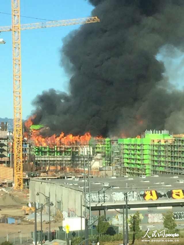 3月1日,旧金山市中心一栋价值超过2亿美金的在建公寓楼被大火夷为平地。吴同摄