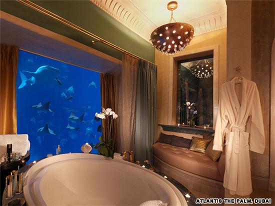谁在一间水下的套房里还用得上水床呢?亚特兰蒂斯度假酒店水下套房一共三层,全用落地窗将房间和拥有6万5千种海洋生物的水族馆分隔开来。