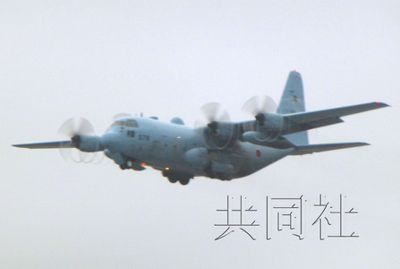 3月12日下午,日本航空自卫队C-130运输机驶离航空自卫队那霸基地。共同社