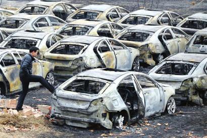 郑州停车场大火起因_本报综合 昨日上午9点多,郑州一处新车停车场发生大火,近百辆名爵