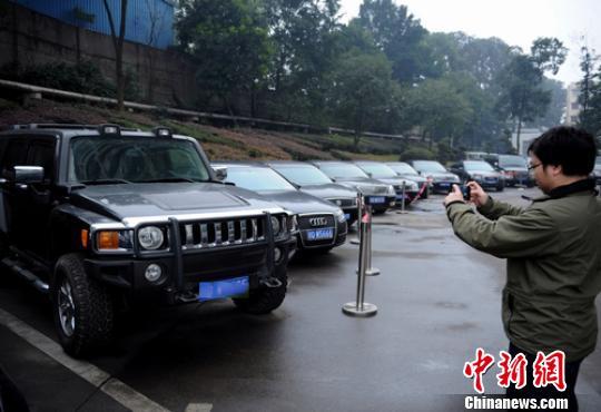 五粮液两轮公车拍卖会上有3台悍马H3。(资料图片) 刘忠俊 摄