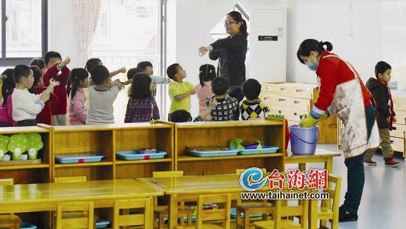幼儿园,其中一个小朋友因身体不舒服前天就请假在家