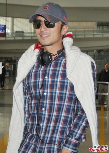 昨天(3月12日),谢霆锋返港亮相机场。戴鸭舌帽黑超遮面,格子衬衫配仔裤,着装休闲。