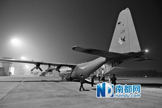 3月13日清晨5点,记者与世界各地同行搭乘马来西亚皇家空军的C 130运输机前往安达曼海域搜寻。