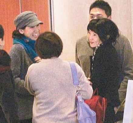 张曼玉(右)与友人在街头等车时聊个不停
