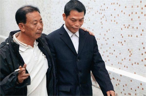 杨色茂(右)是乌坎追讨土地事宜的具体负责人