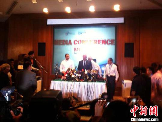 马来西亚总理纳吉布15日举行新闻发布会通报失联客机搜救进展。中新网记者 刁海洋 摄