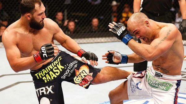图文:UFC171期精彩图集 亨德里克斯的低扫