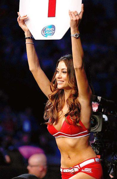 图文:UFC171期精彩图集 举牌女郎窈窕身姿