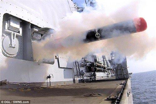 """23型护卫舰上的固定式鱼雷发射器正在发射""""黄貂鱼""""鱼雷。"""