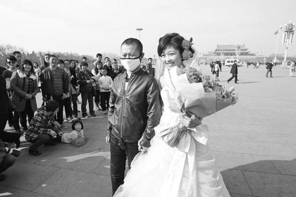 15日,在天安门广场,孙菊和安宁的婚礼收获了来自全国游客的祝福。本组照片均由北国网、辽沈晚报记者查金辉摄