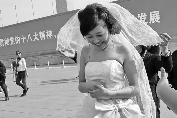 披上婚纱的孙菊脸上洋溢着笑容。