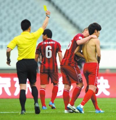 昨天,上海上港队球员吕文君(右一)领到黄牌。新华社发