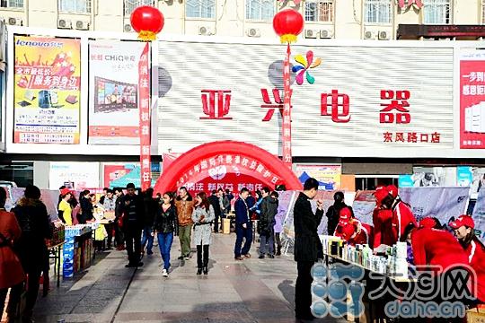 """大河网讯3月15日上午,信阳市工商局在亚兴广场举办""""3.15""""国际消费者权益保护日宣传活动,围绕""""新消法、新权益、新责任""""主题,大力宣传新《消法》,提高消费者对新《消法》的认知度。"""
