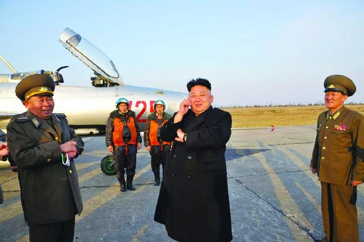 朝鲜人民军空军_朝鲜人民军航空与防空军司令官李炳哲和部队指挥官到场迎接.