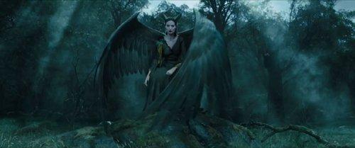 亮翅的玛琳菲森就像一只恐怖的黑天鹅。