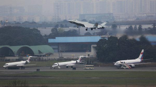 网友再曝2011号新版歼20战机试飞滑行美照。