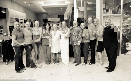 格尔迪・麦肯纳的11位好友集体剃光头,表示对因乳腺癌而不得不进行化疗,失去头发的她的支持。
