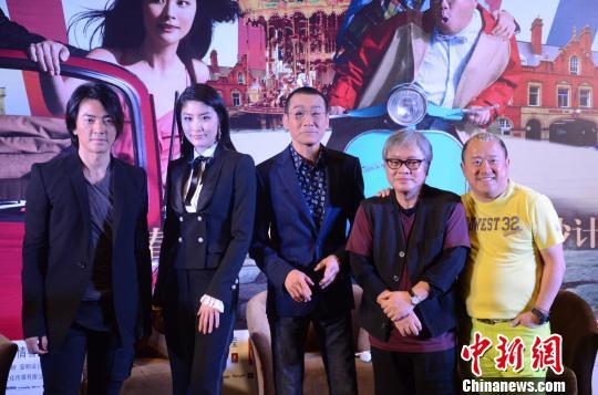 电影《盗马记》广州首映18日如期拉开帷幕,导演李志毅、主演兼制片人曾志伟以及另外三位梁家辉、郑伊健、陈慧琳出席了发布会。 方俊豪 摄