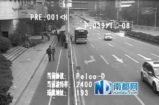 视频显示,老太太下车后走了三步,离车有一定距离,踏上台阶时跌倒。整个过程中,车辆并未移动。 南山警方公布视频截图