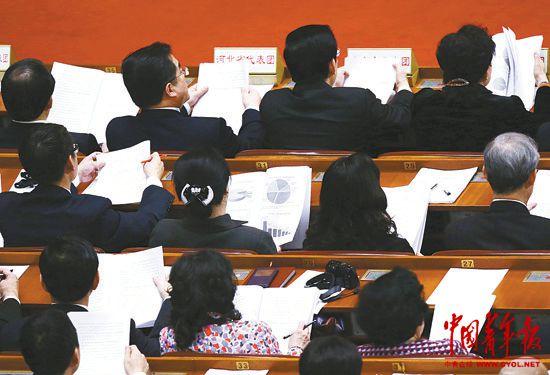 3月10日,十二届全国人大二次会议在北京人民大会堂举行第三次全体会议,听取和审议最高人民法院工作报告和最高人民检察院工作报告。本报记者陈剑摄