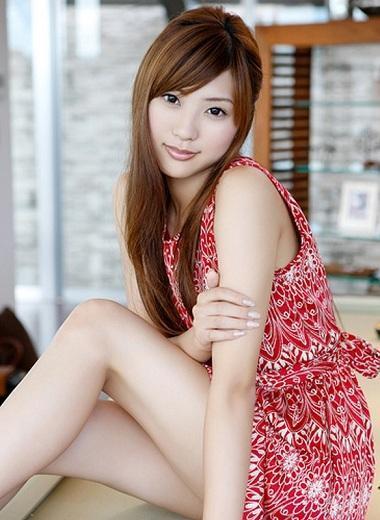 日本美女主播山岸舞彩担任体育主播时期,最爱穿上超短迷你裙大秀美腿