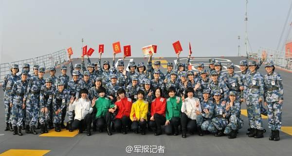 辽宁舰航母女兵集体亮相。