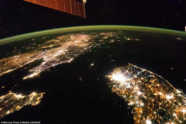 原文配图:朝鲜半岛夜晚灯光对比 南边灯火通明北边漆黑一片。