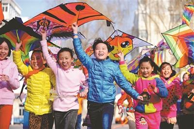 500多名学生通过手绘风筝,放风筝比赛,了解风筝原理,拥抱春天.