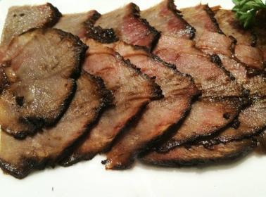 烟熏肉制作与食用:将猪肉(五花肉)切成块状,放上调料腌制5-7天取出后用茶果叶、柏芝叶、甘蔗楂等植物烘烤3-5天即可食用。烟熏肉是布依族用来招待宾客的上等菜肴。