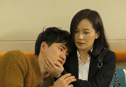 """热播剧《大丈夫》中,42岁依然容颜未老的俞飞鸿与小其16岁的杨�W所诠释的""""姐弟恋"""",温婉而富有魅力。"""