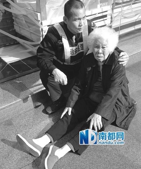 巡防员周小军一直陪着陈阿姨,直到她儿子赶到现场,又一起将老人送上了救护车。 微博图片