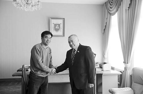 19日,克里米亚副议长格里戈里(右)接受《环球时报》记者专访。