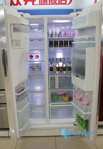 冰箱一般放在空间相对狭小的餐厅或者厨房,该机采用竖向隐藏把手设计,给您带来更广泛的活动空间。