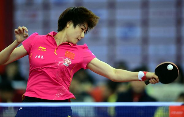 图文:乒乓球亚洲杯小组赛 丁宁正手击球