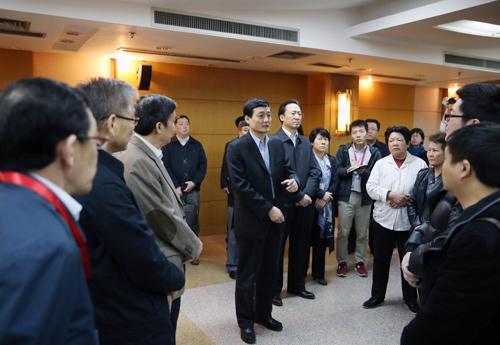3月20日晚,国务院领导同志委托有关方面负责人看望慰问马航失联客机在京乘客家属。中国政府网 肖磊涛摄